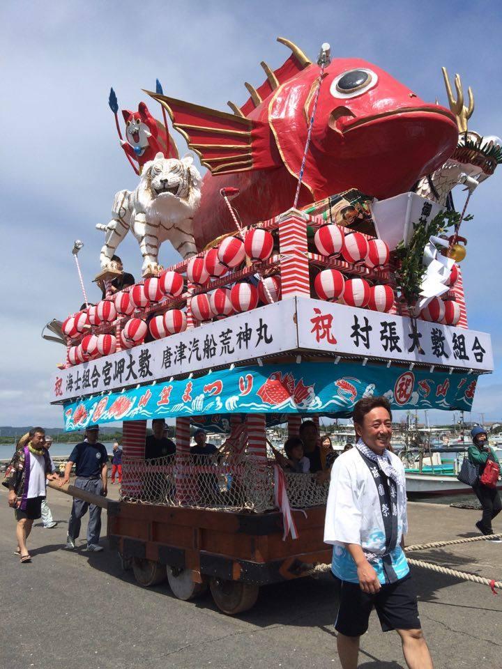 観光客と一緒になって曳く「神集島祇園山笠」
